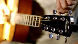 Как настроить гитару при помощи тюнера