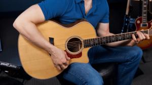 Как правильно держать гитару?