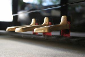 Зачем нужны педали на фортепиано?